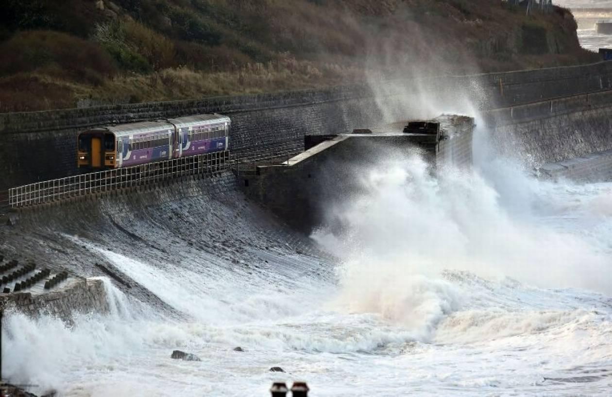 Στο έλεος δολοφονικού τυφώνα η Βρετανία: Δύο νεκροί! (vids+pics)
