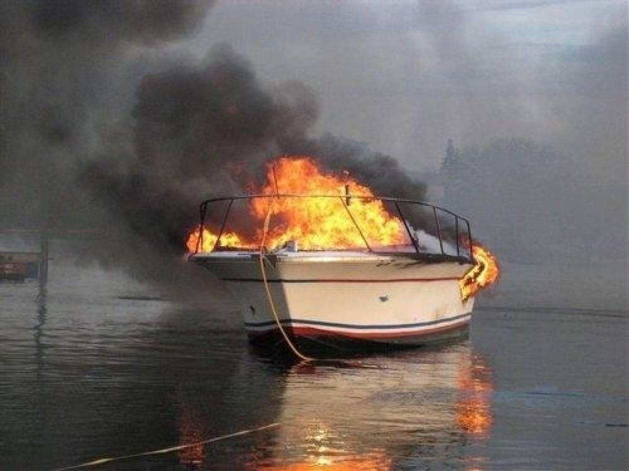 Σύμη: Στις φλόγες ιστιοφόρο – Κινδύνεψε ένας επιβάτης
