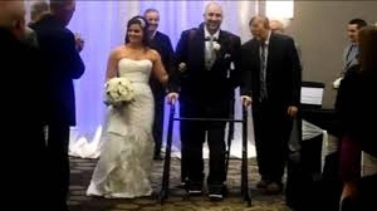 Παράλυτος άνθρωπος στέκεται όρθιος στο γάμο του χάρη σε ρομποτικό κοστούμι (vid)