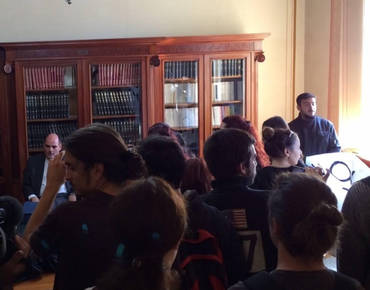 Διάλογος Φορτσάκη με φοιτητές που μπήκαν στο γραφείο του