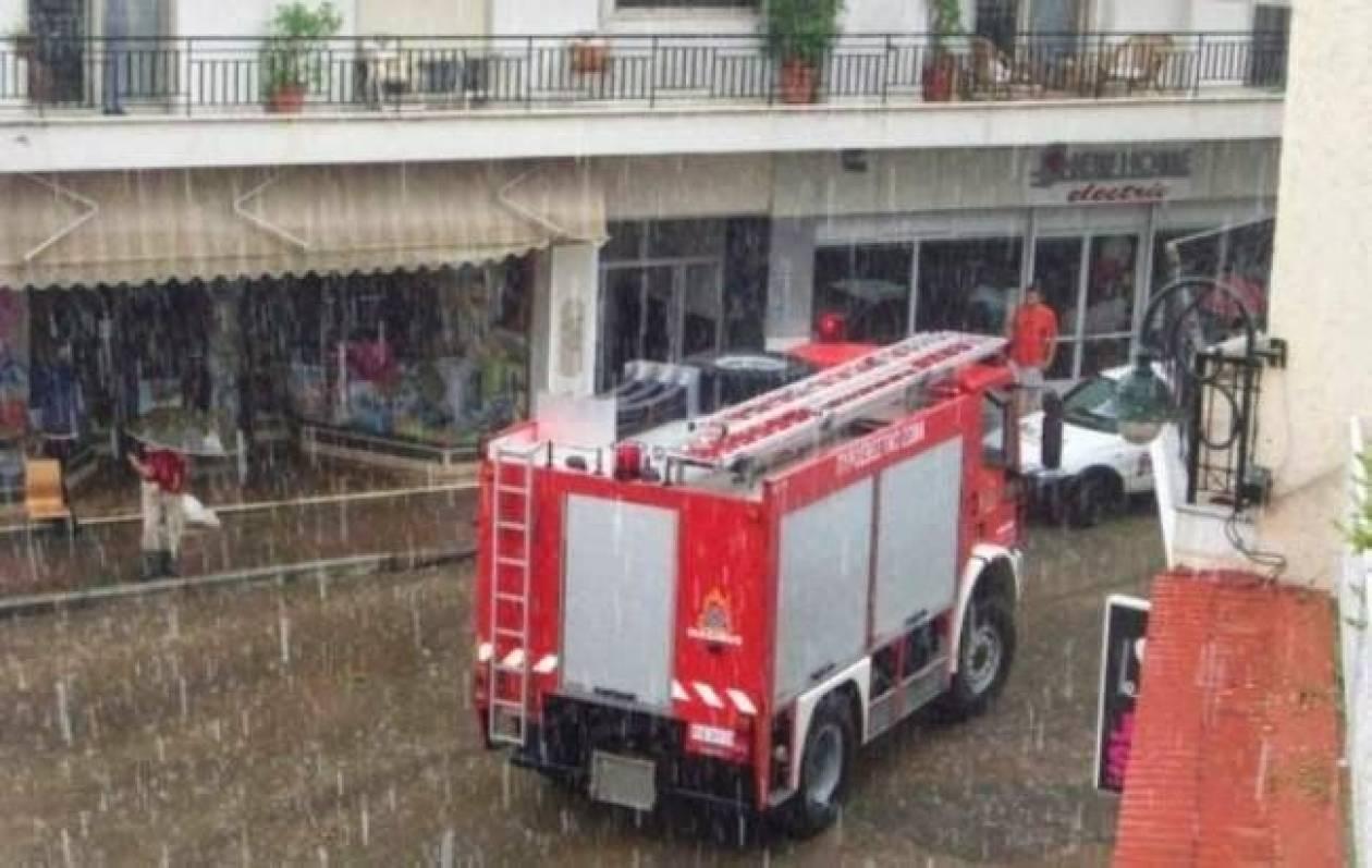 Αττική: Τουλάχιστον 100 κλήσεις για βοήθεια στην Πυροσβεστική εξαιτίας της κακοκαιρίας