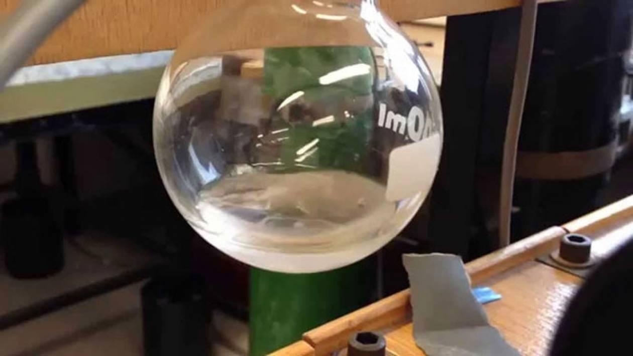 Υγρό παγώνει και βράζει ταυτόχρονα (Video)