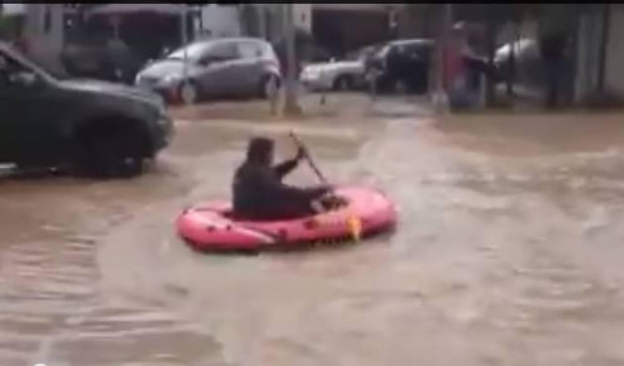 Το βίντεο που σαρώνει - Βαρκάδα στην πλατεία Μπουρναζίου (vid)