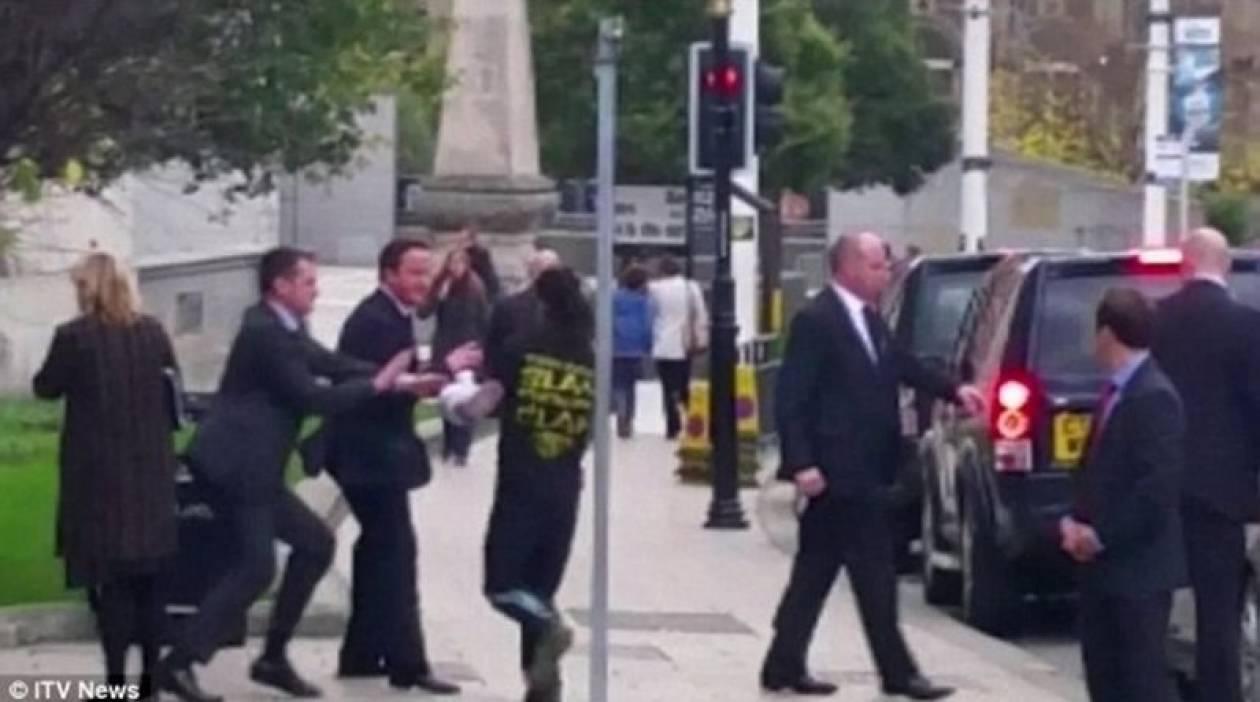 Βρετανός έκανε τζόκινγκ και έπεσε πάνω στον Κάμερον! (vid+pics)