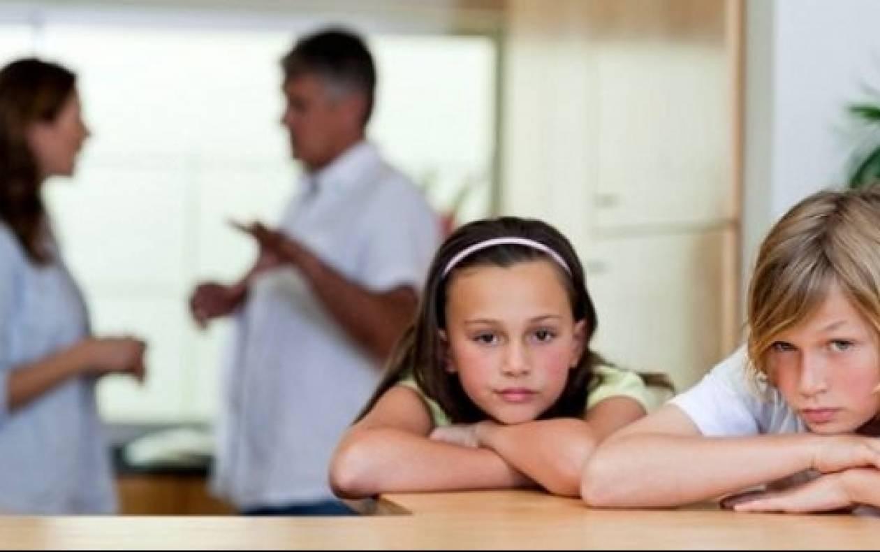 Μετά το διαζύγιο η μητέρα μόνη με τα παιδιά