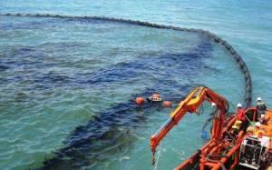 Θαλάσσια ρύπανση στο λιμάνι του Πειραιά