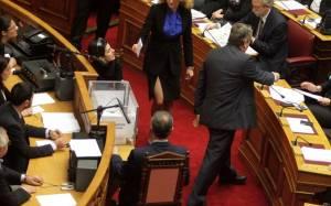 Ποια βουλευτής αναστάτωσε τη Βουλή με το σέξι σκίσιμό της; (photos)