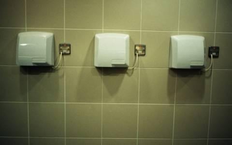 Σκουπίζουμε ή στεγνώνουμε τα χέρια μας;