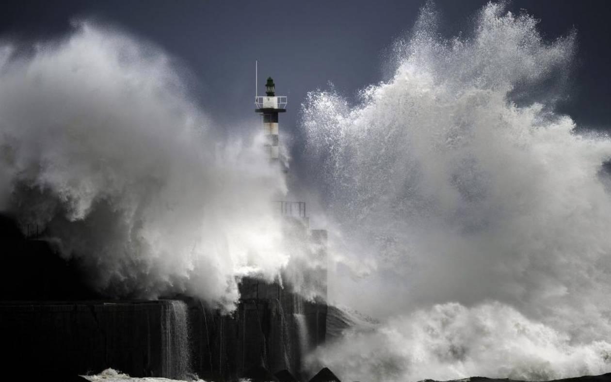 San Esteban de Pravia: O Φάρος και τα κύματα (photos) - NewsBomb