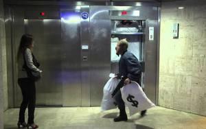 Ο Remi Gaillard σε ρόλο ληστή τράπεζας (Video)