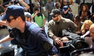 Πολίτες επιτέθηκαν στο δολοφόνο της 4χρονης Άννυ έξω από τα δικαστήρια (video)