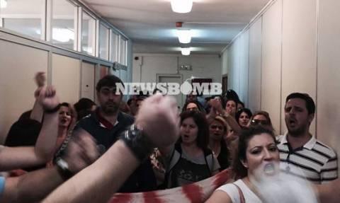 Αποχωρούν από το υπουργείο Εργασίας οι συγκεντρωμένοι συμβασιούχοι του ΟΑΕΕ