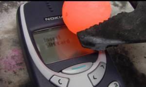 Τι θα συμβεί όταν μια καυτή μπάλα νικελίου πέσει πάνω σε ένα Nokia 3310 (Video)
