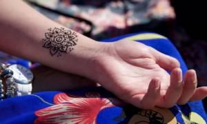 Ο σοβαρός κίνδυνος που κρύβουν τα καλοκαιρινά τατουάζ χένα