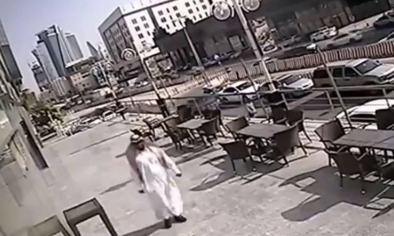 Περπάταγε αμέριμνος όταν του έπεσε ένα παράθυρο στο κεφάλι - Δείτε το video