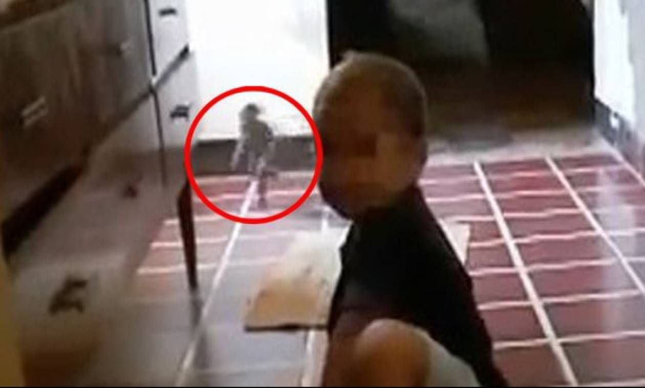 Τρομακτικό: Μητέρα βιντεοσκόπησε «δαίμονα» να παίζει με το παιδί της! (video)