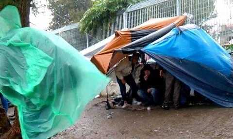 Λέσβος: Χιλιάδες μετανάστες ψάχνουν στέγαστρο για να προστατευθούν από τις βροχές (pics)