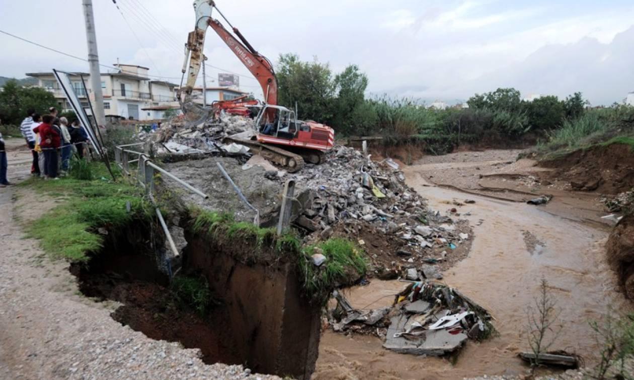 Εικόνες καταστροφής από τη φονική κακοκαιρία σε ολόκληρη τη χώρα