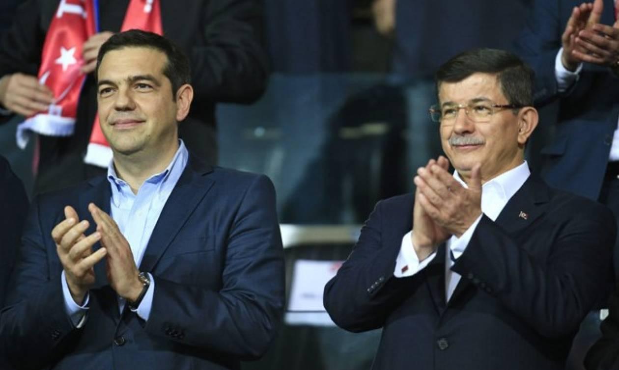 Στα αποδυτήρια πήγαν Τσίπρας και Νταβούτογλου μετά το πέρας του αγώνα Ελλάδα - Τουρκία