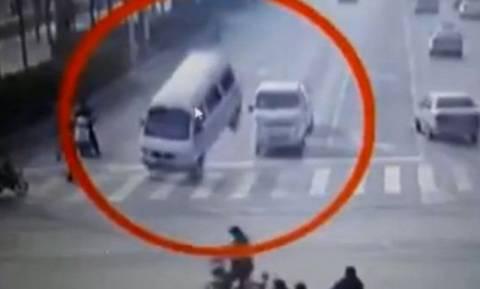 Απίστευτο βίντεο: Ανεξήγητη «δύναμη» σηκώνει αυτοκίνητα στον αέρα!