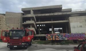 Τραγωδία στο Μικρολίμανο – Ένας απανθρακωμένος και δύο τραυματίες σε ακατοίκητο κτήριο (photos)