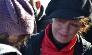 Η Σούζαν Σάραντον έκανε Χριστούγεννα στο γήπεδο του χόκεϊ μαζί με τους πρόσφυγες (video)