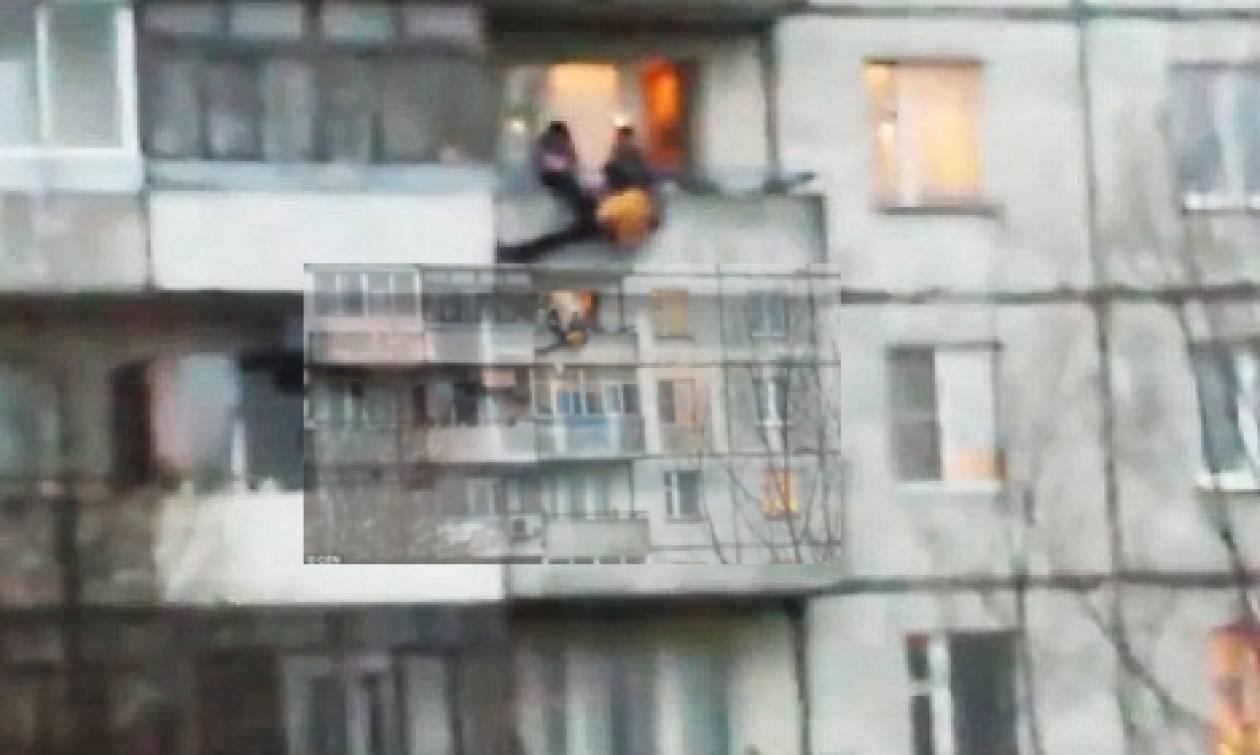 Βίντεο που σοκάρει: Καρέ-καρέ η πτώση ενός άνδρα από τον 5ο όροφο