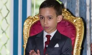 Δείτε τον απίστευτο μικρό πρίγκιπα του Μαρόκου που δεν θέλει να του... φιλούν το χέρι (video)