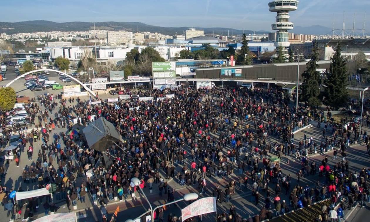 Επεισόδια Θεσσαλονίκη: Οι αγρότες ψέλνουν τον Εθνικό Ύμνο έξω από το Βελλίδειο (video)