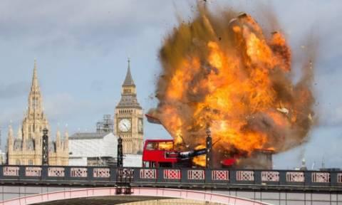 Ισχυρή έκρηξη σε διώροφο λεωφορείο στο Λονδίνο κοντά στο Παλάτι του Μπάκιγχαμ (vids)