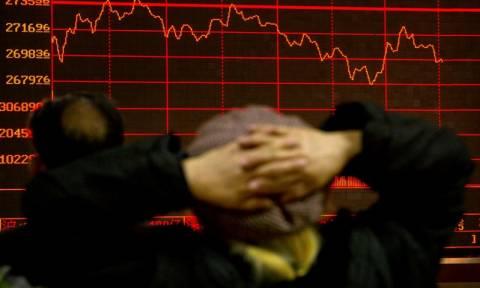 Στο «κόκκινο» παραμένει το Χρηματιστήριο Αθηνών μετά το κραχ της Δευτέρας!