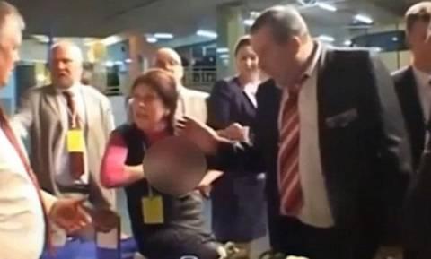 Έβγαλε το στήθος της και εκτόξευσε μητρικό γάλα στους συναδέλφους της! (video)
