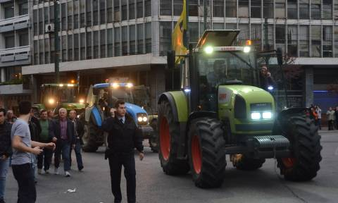 Αγρότες: Τα τρακτέρ στη Βουλή -  Δείτε LIVE εικόνα