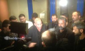 Η στιγμή που αγρότες της Κρήτης προπηλακίζουν τον Μιχελογιαννάκη (vid)