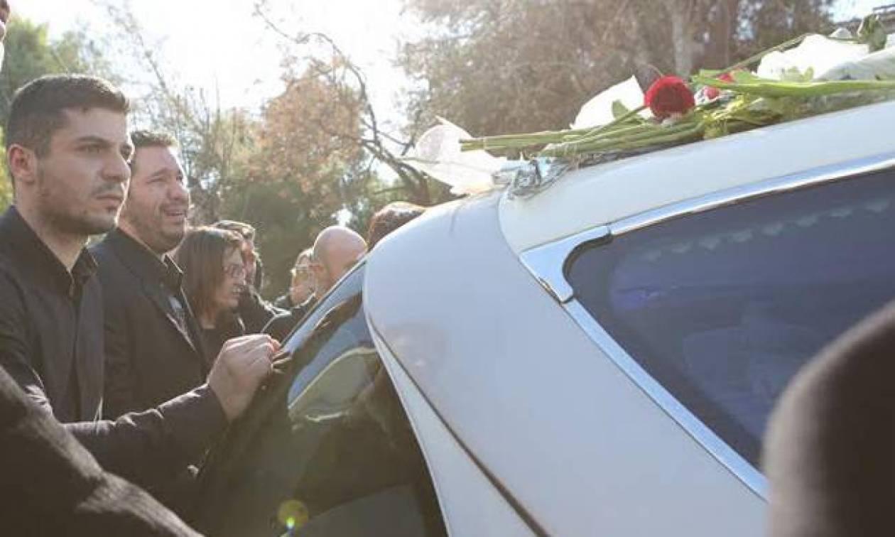 Κηδεία Παντελίδη: Τραγική φιγούρα η μητέρα «Παντελάκο μου...»