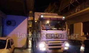 Πανικός στο κέντρο της Λαμίας: Νταλίκα τράκαρε με… μπαλκόνι (photos)