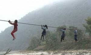 Δείτε τι πρέπει να διασχίσουν τα παιδιά από το Νεπάλ για να πάνε σχολείο