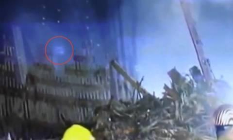 Ανατριχιαστικό ντοκουμέντο: Φάντασμα «αναδύεται» από τα συντρίμμια των «Δίδυμων Πύργων»! (video)