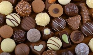 Γέμισε σοκολατάκια το γραφείο του Μητσοτάκη στη Βουλή!