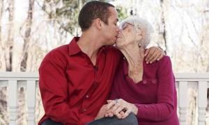 ΣΟΚ: Παρουσίασε στη μάνα του νύφη 91 ετών (photos-video)