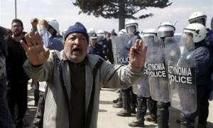 Στο κόκκινο η ένταση στην Ειδομένη: Έσπασαν  αποθήκη του ΟΗΕ - Ξυλοκόπησαν τραυματιοφορέα