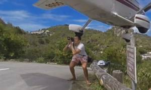 Τρομακτικό: Αεροπλάνο περνά ξυστά από τουρίστα για μια...φωτογραφία! (vid)