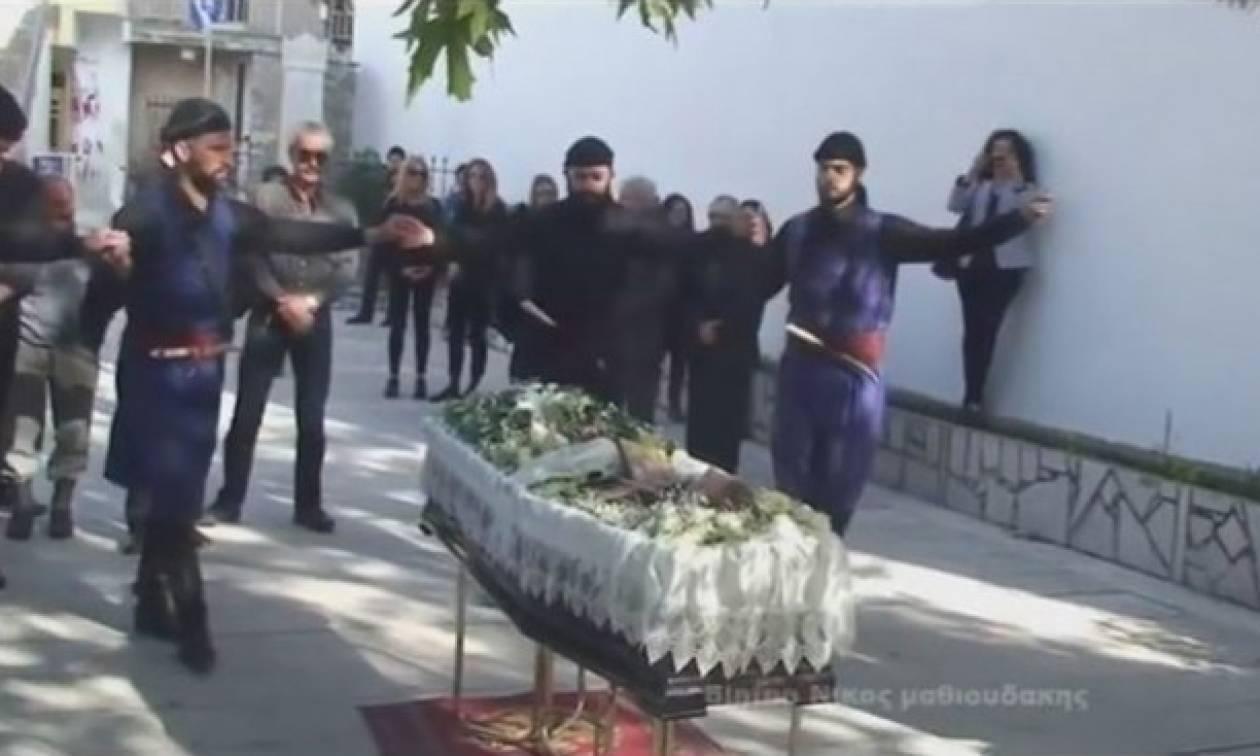 Έτσι κηδεύουν στην Κρήτη: Αποχαιρέτησαν τον λυράρη Γ. Σταματογιαννάκη χορεύοντας συρτό! (vid)