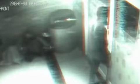 Ανατριχιαστικό βίντεο: Φάντασμα ταξιδεύει στο χρόνο και περνά μέσα από κλειστή πόρτα καταστήματος!
