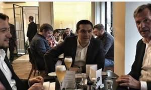 Όταν ο Αλέξης Τσίπρας ήπιε μπύρες με τον… εχθρό (photo)