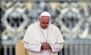 Τριαντάφυλλα στα χρώματα της ελληνικής σημαίας προσέφερε στην Παναγία ο Πάπας Φραγκίσκος