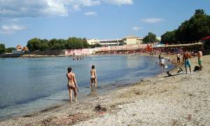 Άρχισαν οι πρώτες βουτιές στις παραλίες της Αττικής (vid)