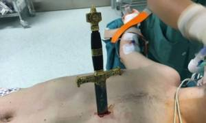 Eξαιρετικά σκληρές εικόνες: Προσπάθησε να αυτοκτονήσει καρφώνοντας ένα σπαθί στο στήθος του (video)