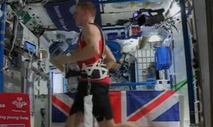 Εντυπωσιακό: Έτρεξε στον Μαραθώνιο του Λονδίνου από το διάστημα! (vid)