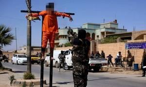 Φρίκη! Τζιχαντιστές σταύρωσαν δύο άνδρες και τους πυροβόλησαν σε δημόσια θέα (pics+vid)